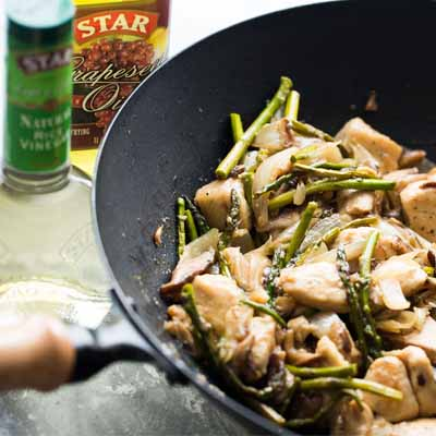 Very simple, 30-minute, delicious stir fry recipe with chicken, asparagus and shiitake mushrooms! #STARFineFoods