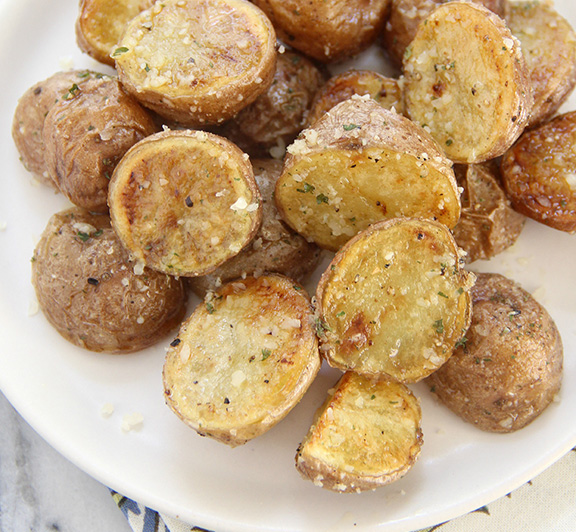 This Garlic Parmesan Roasted Potatoes recipe is seriously addicting! Perfectly crispy and covered in garlic and Parmesan flavors! #STARFineFoods