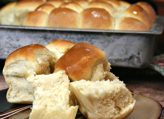 Simple Homemade Dinner rolls are the perfect company to any dinner. Try this recipe and enjoy these gorgeous and fluffy rolls! #STARFineFoods