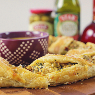 Wow your guests with this recipe for this pretty and delicious Mediterranean Crescent Ring! #STARFineFoods