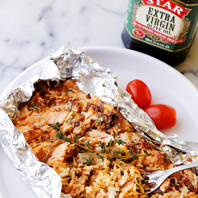 Incredibly flavorful, quick, 30-minute healthy dinner recipe with tomato pesto, salmon and rice baked in foil. #STARFineFoods