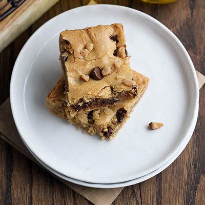 This recipe for Toffee Chocolate Chip Blondies has all the classic goodness of traditional chocolate chip cookies, with a healthier twist of being made with olive oil instead of butter! #STARFineFoods